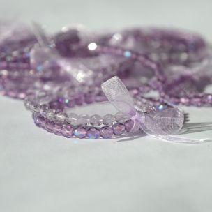 Jemný fialový náramek se stužkou. Náramke je vyroben z broušených korálků. Více na http://www.prochazkastylem.cz/kategorie/naramky-z-koralku/dvojnaramek-z-fialovych-sklenenych-koralku/  glass beads, lilla, bracelet