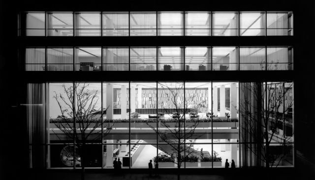 The Manufacturers Hanover Trust Building, architects Gordon Bunshaft and Charles Evans Hughes III, New York, 1954. Photography by Ezra Stoller. / SOM