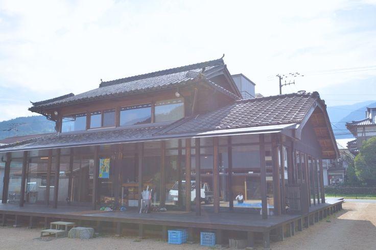 2013年、徳島県の神山町に「えんがわオフィス」で代名詞となった(株)えんがわを設立し、4Kコンテンツの配信等の新事業に取り組む隅田徹さん。「地域の人が世代を超えて集める場を作りたい」と語るその理由とは?そして、これからの取り組みについてうかがいました。