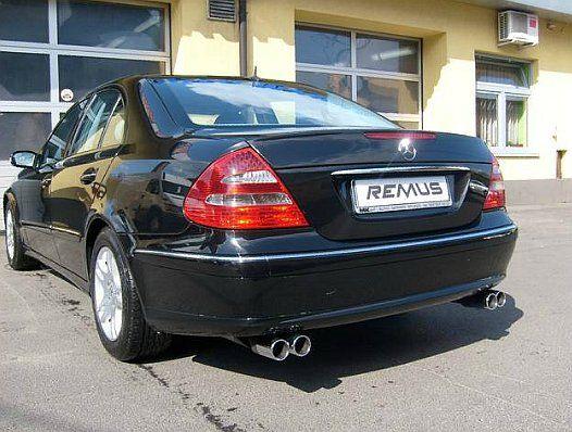 """REALIZACJA: Mercedes-Benz Klasy E (W211)  Klasyczna limuzyna Mercedesa w czarnym kolorze ze sportowym wydechem? Czemu nie! Sportowe tłumiki tylne wraz z poczwórnymi końcówkami doskonale pasują do tylnej partii nadwozia E Klasy. Jednak to jedynie """"efekt uboczny"""" - tutaj przede wszystkim liczy się dźwięk. A ten jest niesamowity.  Remus Polska http://www.remus-polska.pl/"""