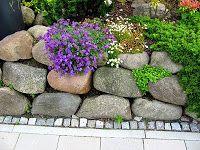 Findlinge für eine Steinmauer / Natursteinmauer und Steingarten kombiniert