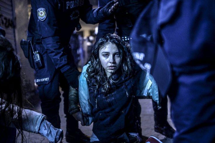 Jovem ferida na Turquia, após confrontos com a polícia na sequência da morte de Berkin Elvan, um rapaz de 15 anos, durante protestos contra o Governo (1.º prémio da categoria Notícias Locais/Individual)BULENT KILIC/AFP