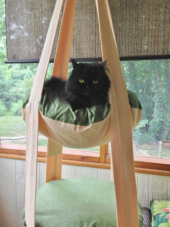 Deze Kitty Cloud is onderdeel van de nieuwe buiten lijn van kat bedden. Deze Kitty Cloud is gemaakt van Outdura indoor outdoor stoffen weefsel. Outdura is een zacht, ademend, oplossing-geverfd acryl thats UV, water en schimmel resistent. Het is 100% acryl, dat een duurzamer en zachtere alternatief voor andere polyester en polypropyleen buitenmeubilair is. Je kunt niet zeggen dat deze stof is anders dan de meeste van mijn andere Kitty-wolken Deze Kitty Cloud is gemaakt van een crème, blauw…
