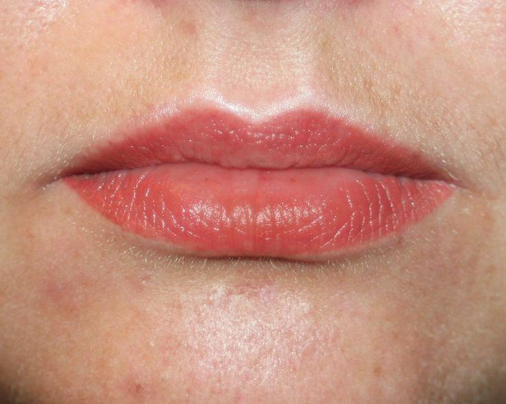 Перманентный макияж губ, над губой высветление. Зажившие. Татуаж губ помогает выглядеть на все 100% без губной помады. Можно сделать более четкий контур. Изменить форму, исправить ассиметрию. Увеличить или уменьшить губы. Возможно полностью закрасить всю поверхность губ и используя несколько оттенков пигмента, создать эффект объема. Можно сделать еле заметный прозрачный натуральный вариант или яркий декоративный, с эффектом губной помады. Permanent makeup lips.