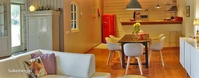 Vakantiehuisje de Blokhut (2 tot 5 personen) in Loon op Zand is een romantisch vrijstaand huisje aan de rand van de Loonse en Drunense Duinen. Op 5 kilometer afstand van de Efteling en de Beekse Bergen liggen om de hoek. Met twee slaapkamers, volledig ingerichte keuken, een gezellige woonkamer met houtkachel en de een afsluitbaar terras is het een aanrader.  www.suikerberg.nl