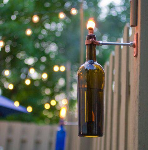 Wil je wa sfeer creëren voor zwoele zomeravonden? Maak je eigen tuinlampen met wijnfles en kaars.