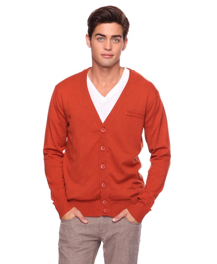 Nou, een oranje vest dus. Met een groene broek en een bordeauxrood tshirt. Ter info.