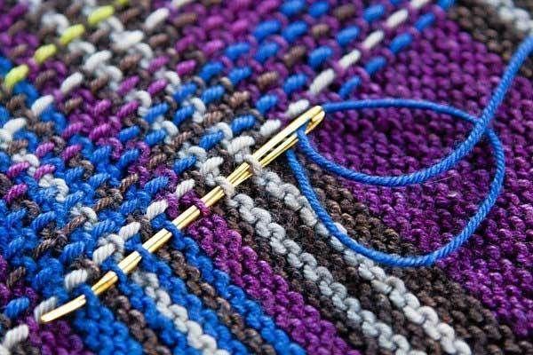 Обычная платочная вязка, плюс вышитые цветной пряжей полоски