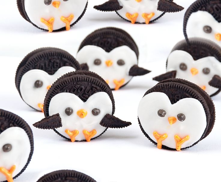 H A B I T A N 2 Decoración handmade para hogar y eventos www.habitan2.com   Playful Polar Penguin pals. Decorated Oreos make a cute craft and a tasty snack.