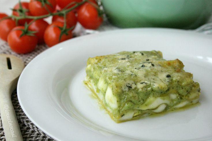 La lasagna al pesto e gorgonzola è una lasagna bianca molto saporita ma allo stesso tempo delicata.