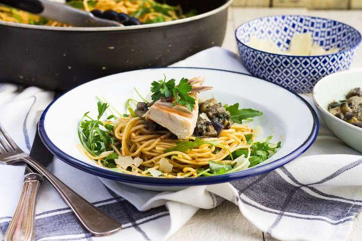 Recept voor pittige pasta voor 4 personen. Met zout, water, olijfolie, peper, spaghetti (pasta), rucola, aubergine, parmezaanse kaas, ansjovis, tonijnsteak, peterselie, knoflook en sambal oelek
