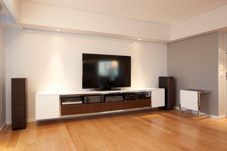 Mueble de TV Fader en laca blanca y cajonera en madera color nogal y estructura metalica cromada. Medidas: 360cm x 50cm x 40cm de prof. Disponible en otras medidas y colores. www.forbidan.com.ar