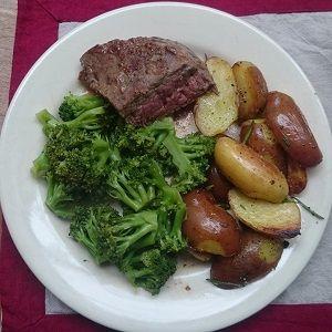Recept: rosbief uit de oven met broccoli en gebakken aardappelpartjes