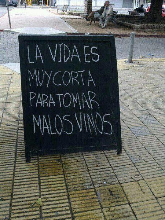 Letrero a fuera de un negocio anunciando vinos