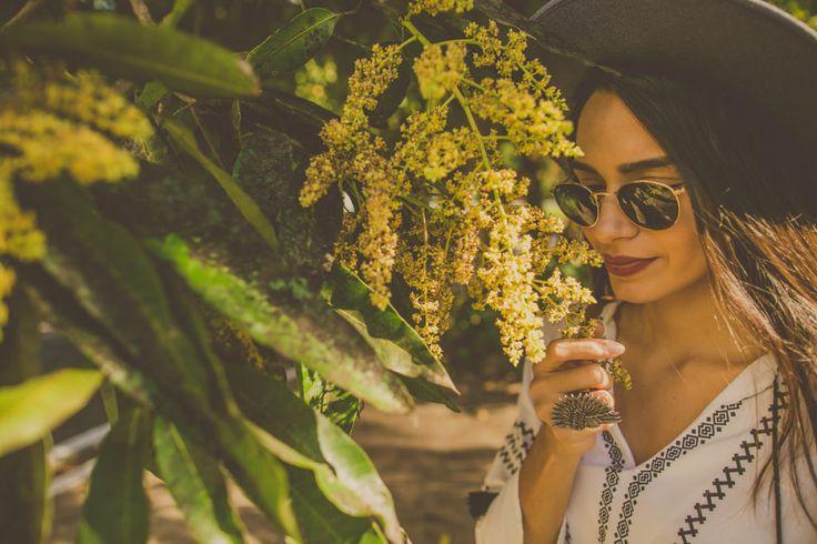 óculos redondo ray-ban, chapéu e anel grande.