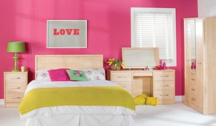 deco ložnice, růžové a bílé stěny, šatní skříň, postel a odkládací stolek ve dřevě