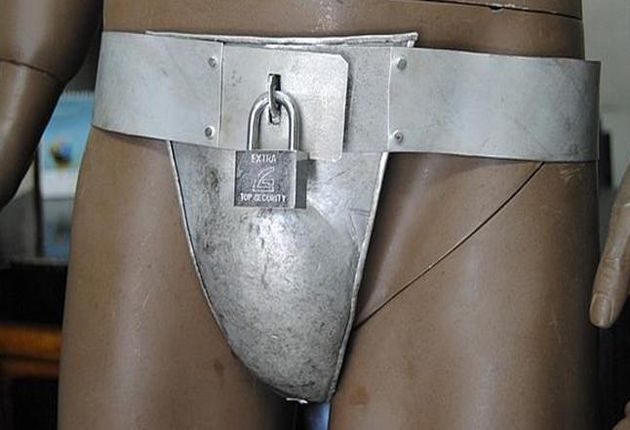 En una tienda de Nairobi, un maniquí desnudo luce un caparazón metálico que encierra sus genitales bajo llave: es el polémico cinturón de castidad para hombres que se ha empezado a comercializar con el pretexto de proteger a los kenianos de sus mujeres.