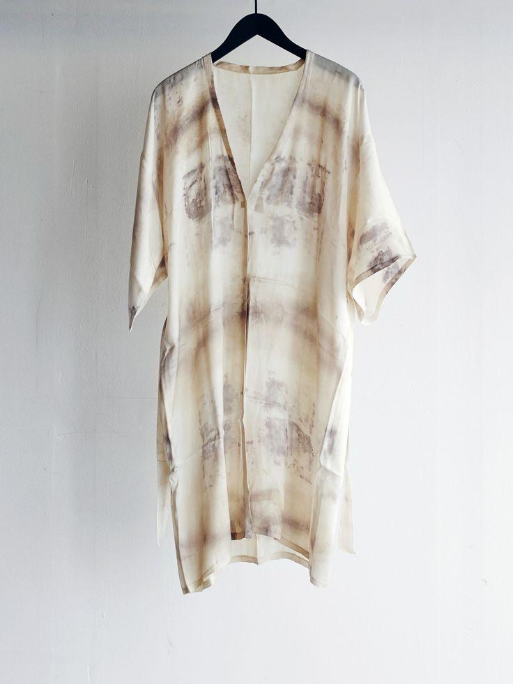 Fair trade Kimono designad av Shalony Van Stralendorff och tillverkad i Indien. Varje plagg är unikt och finns endast i ett exemplar. Kimonon har fått sina färger genom en naturlig växtfärgning innehållande svart te, rost och granatäpple. Inga kemikalier är tillsatta.
