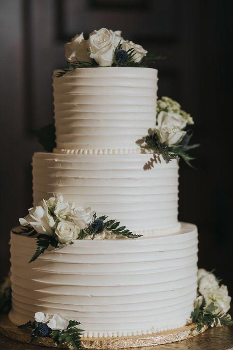 Dreistöckige runde weiße Hochzeitstorte auf flachem goldenem Tortenständer mit …   – Inspiration