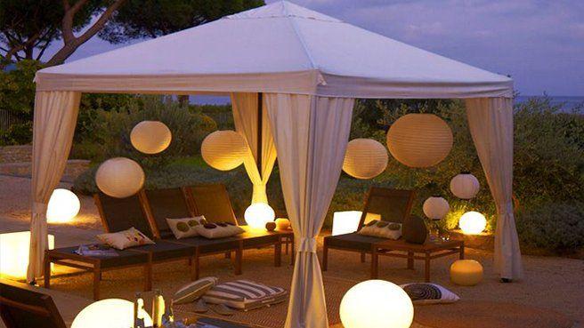 10 idées lumineuses pour décorer le jardin // http://www.deco.fr/diaporama/photo-mises-en-scenes-lumineuses-pour-l-exterieur-le-plein-d-idees-47330/