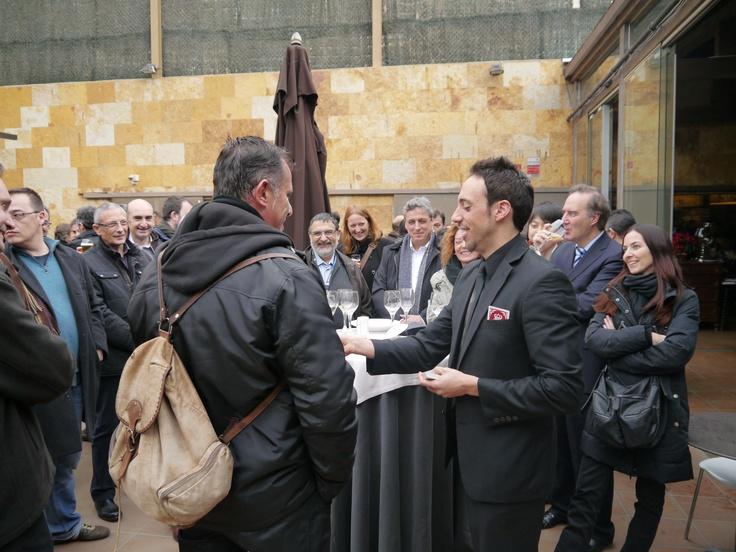 Comida de empresa de la firma Panasonic. Colaboradores en las actividades previas al evento, magia de bienvenida, magia de cóctel y presentador de la gala. www.tumago.com