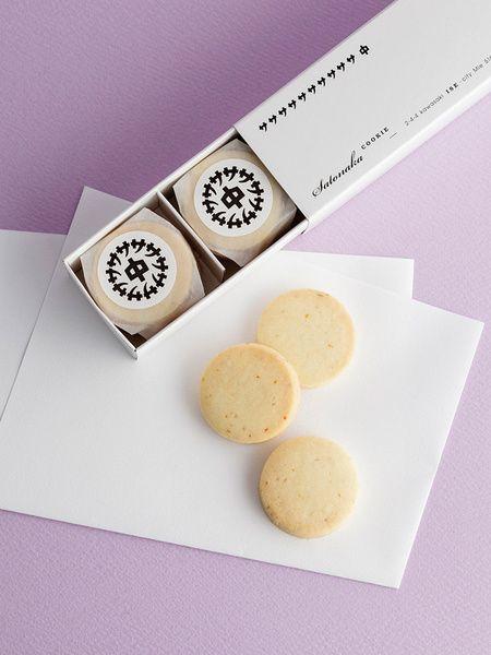 """三重県伊勢のカフェ""""モナリザ""""でつくられている「サトナカ」のクッキーが話題です。三重・伊勢にまつわる素材を使ったクッキーは、やさしい味わいとサクほろの食感が特徴。またシンプルだけど洗練されたパッケージデザインにも注目を集まっています。今回はそんな話題のお菓子「サトナカ」のクッキーをご紹介します。"""
