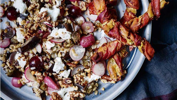 De sprøde fillodejs-twistere er et knasende skønt tilbehør til salat. Her får du opskriften på serrano-twistere og perlebygsalat