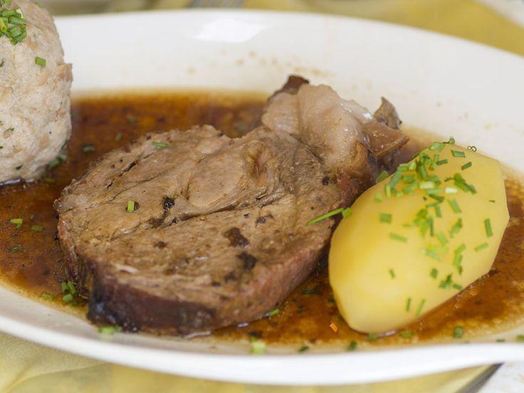Il Brasato al Barolo è un secondo piatto della tradizione piemontese dal sapore intenso e molto corposo. Ecco la ricetta originale e tanti consigli utili