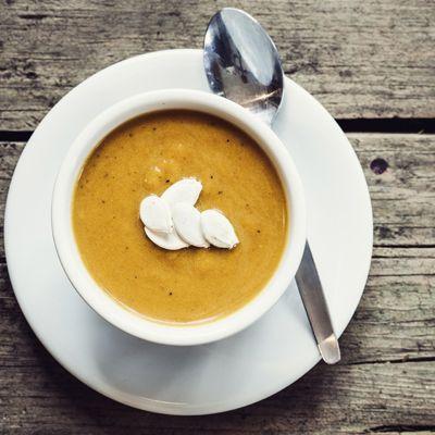 Cette soupe demande peu de temps de préparation. Ce qui ne l'empêche pas d'être aussi délicieuse que nourrissante.