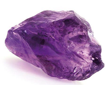 L'AMÉTHYSTE. La pierre qui décuple l'énergie des autres cristaux. Superbe avec ses nuances mauves allant du pâle au violet plus soutenu, l'améthyste est une pierre à part. Sous forme de géode ou d'agrégat cristallin, elle purifie et recharge les autres pierres. Elle amplifie également les propriétés des autres cristaux. Pierre protectrice et équilibrante, elle convient à tout le monde | Rebelle-Santé