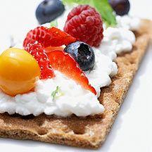 Crackers net even anders belegd.   Ricotta met banaan en aardbei.  Ham, hüttenkäse, tomaat en basilicum. Kijk op de website voor meer suggesties