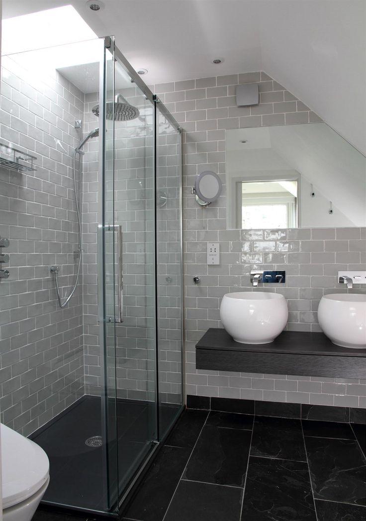 Impulsem pro rekonstrukci domu byly koupelny, které už nedosahovaly současných standardů. Dnes si hosté mohou vybrat mezí koupelí ve vaně či...