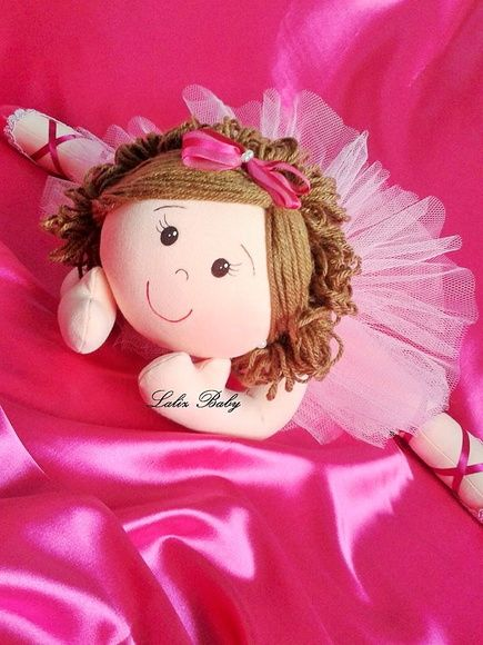 Bailarina de pano deitada para colocar na cama ou decorar sua linda festa de bailarina, saia de tule roupa e sapatilha de cetim, cabelos de lã, olhinhos pintados à mão