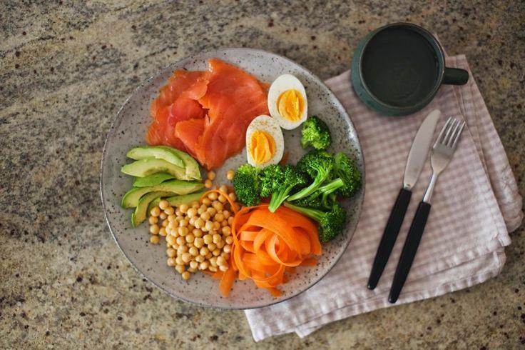 Proteinrik salat med røkelaks, egg & kikerter