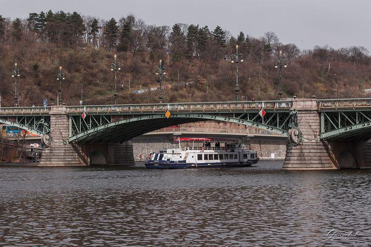 🔶В Праге насчитывается около 30 мостов. Какие-то мосты уже разрушены, какие-то только планируются. И каждый из них имеет свою историю, свою особенность, выделяющую его из множества пражских мостов. Каждый мост в чем-то «самый». 🔸Вот, например, Чехов мост (Čechův most), самый короткий в Праге. К тому же он единственный из пражских мостов, выполненный в стиле модерн. Он пересекает Влтаву, соединяя набережную Дворжака с набережной Эдуарда Бенеша. Его назвали в честь чешского писателя и…