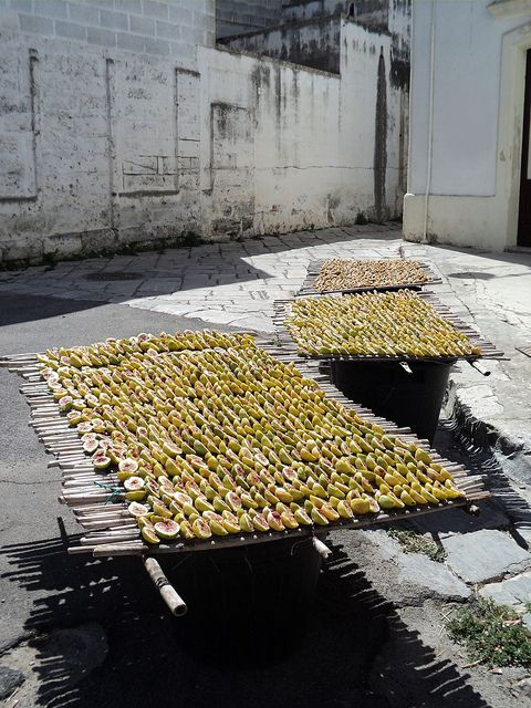 drying figs...love this as idea/set up for a country styled puglia wedding