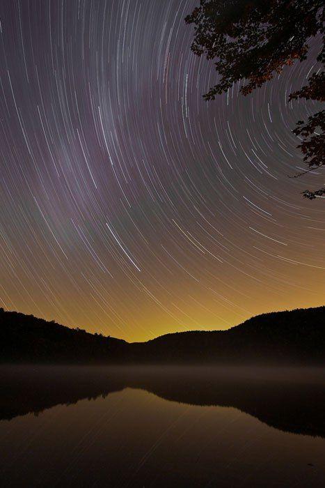 Langzeitbelichtung der Umlaufbahn der Sterne am Nachthimmel