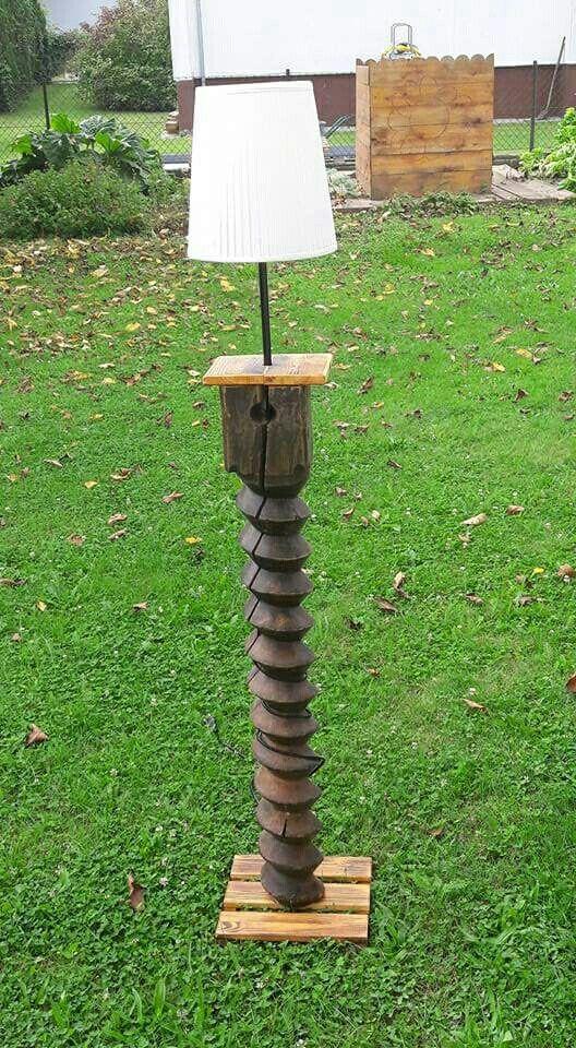 Stehlampe aus einer 250 Jahre alten spindel einer mostpresse.