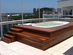 Resultado de imagem para varanda com deck de madeira