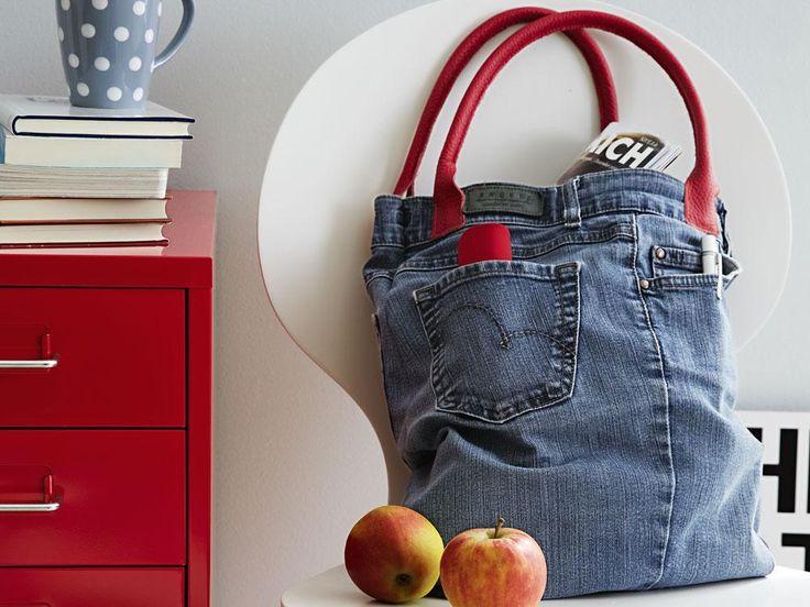Riciclo jeans: la borsa   Se i vostri jeans preferiti ormai non vi vanno più bene non disperate. Potrete portarli sempre con voi trasformandoli in una bella borsa! Avrete bisogno oltre ai jeans di un paio di manici per borsa in pelle (qui sono lunghi circa 50 cm) forbici metro a nastro e macchina da cucire. Tagliate via le gambe dei jeans. In questo caso sono stati tagliati a 40 cm (più 1 cm per le cuciture) dalla vita. Separare le due gambe una dallaltra aprendo il jeans a metà Tagliare la…