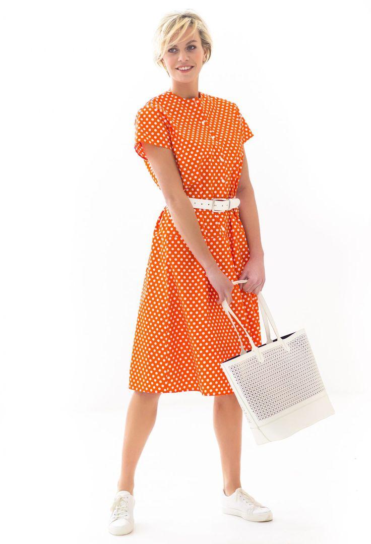 Deze jurk is gemaakt van vrolijke stippenkatoen; een vrij eenvoudig kraagloos model met kort mouwtje, verlaagde taillenaad en een klokkend rokdeel. Je kunt er ook een stoffen ceintuur bij maken. TIP Een gewone niet te dikke katoen met een leuke print is ideaal voor dit model.  Bestel je dit patroon, dan ontvang je ook het patroon KM1706-16 jurk, KM1706-17 jurk, KM1706-18 jurk en KM1706-20 jurk er gratis bij!