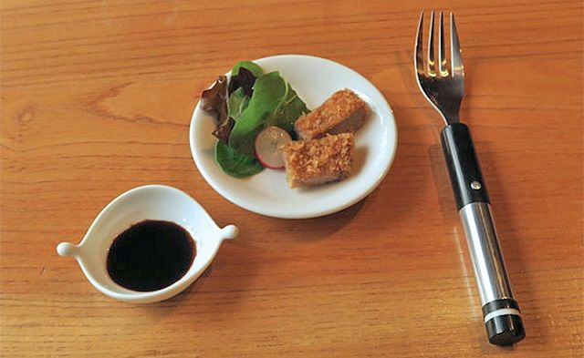 塩を使っていない食べ物に、電気刺激で塩味を感じさせるフォークが誕生 : ギズモード・ジャパン