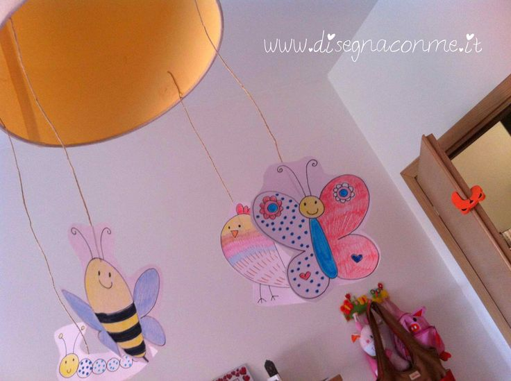 """Il lampadario di Gaia è adornato con 4 animaletti di carta: ape, bruco, farfalla e uccellino! Tratto dall'album """"Chi c'è nel prato"""" di #disegnaconme (www.disegnaconme.it)"""