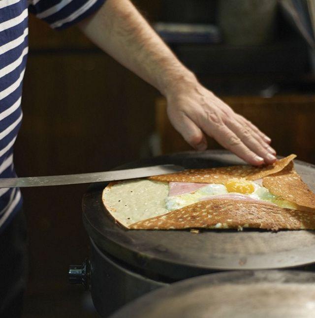 Où manger une bonne crêpe à Paris ? De l'incontournable Breizh café au petit nouveau restaurant simplement baptisé Bretons, découvrez nos crêperies préférées à Paris.