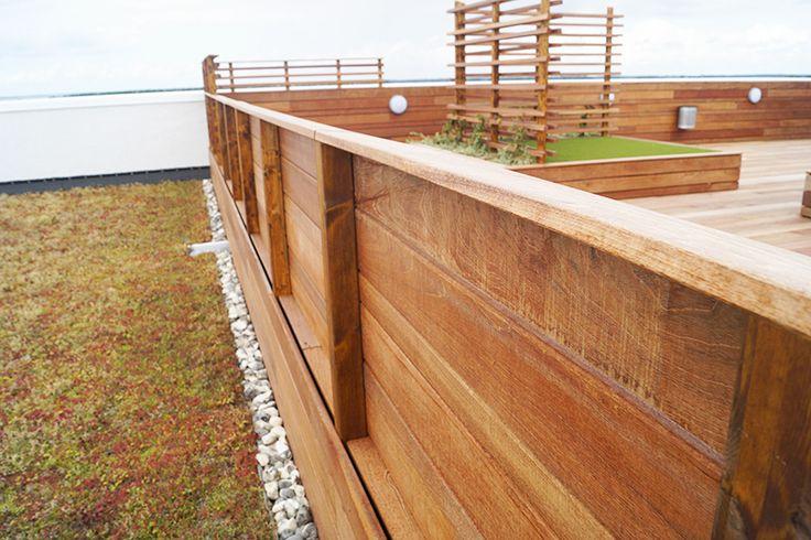 """Eksklusive jatoba terrassebrædder leveret af Keflico A/S er brugt til en stor og eksklusiv tagterrasse på bygningen """"Katedralen"""" i Nørresundby's øverste etage. En forholdsvis stor terrasse med mange fine detaljer og finesser såsom reposer beklædt med kunstgræs og indbyggede blomsterbede. Tagterrassen har desuden udsigt over fjorden. Jatoba terrassebrædder og lister leveret af Keflico A/S. Foto: Keflico A/S."""