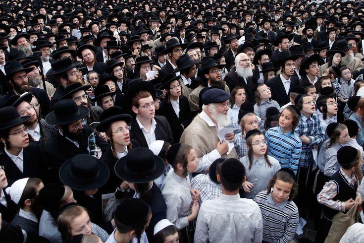 Gerusalemme, Israele  Ultra-ortodossi, alcuni dei quali indossano dei sacchi di iuta in segno di lutto, protestano contro l'abolizione della legge Tal, dichiarata incostituzionale dalla Corte Suprema a febbraio, che esenta gli ultra-ortodossi dal servizio militare obbligatorio