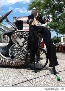 O Primeiro Circuito Popular de Arte de Santa Catarina realizará espetáculos e oficinas na cidade de Içara nesta sexta-feira, dia 25. Os eventos acontecerão na Casa da Cultura Padre Bernardo Junkes. A partir das 14h30 serão ministradas gratuitamente oficinas de palhaço, interpretação e malabarismo. Já a partir das 19h haverá espetáculo aberto ao público. Apesar de gratuitos, os ingressos precisarão ser retirados com até uma hora de antecedência.