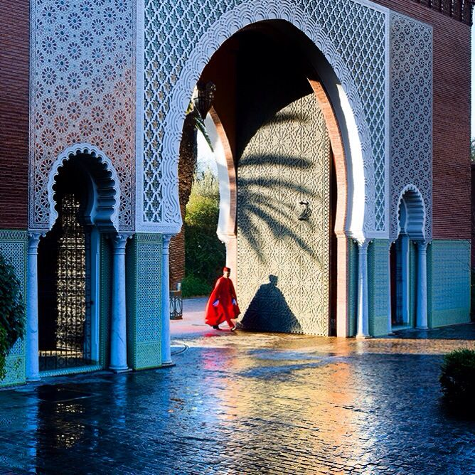 The dramatic Gates at the Royal Mansour create a lot of attention they provide a perfect photo opportunity. Only standing infront of them can you really appreciate the true scale and intricate design details. The gates represent happiness and wealth. #Marrakech #design #gates #architecture #luxuryhotel #hotel