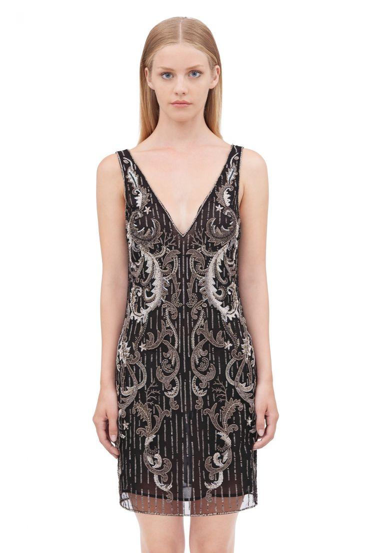 Bordado barroco de lentejuelas para el vestido corto con tul doble efecto camisón. Escote en V delantero y en espalda. Cremallera central trasera.