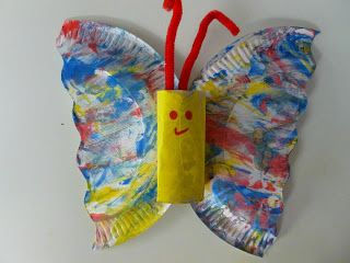 Vlinder, gemaakt met wc-rol en kartonnen bordje